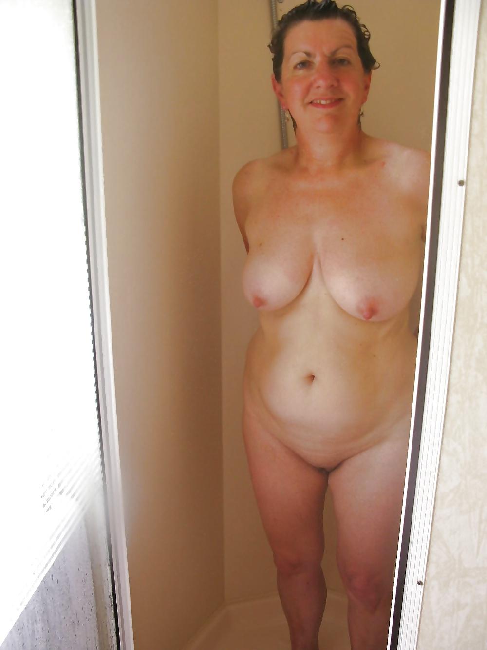 Milf Hündinen zeigen uns Nacktenbrüsten