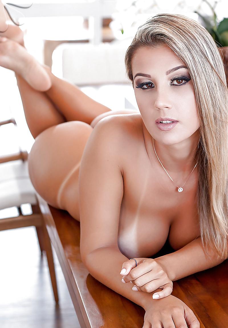 Schöne blonde Teen mit grunde Titten