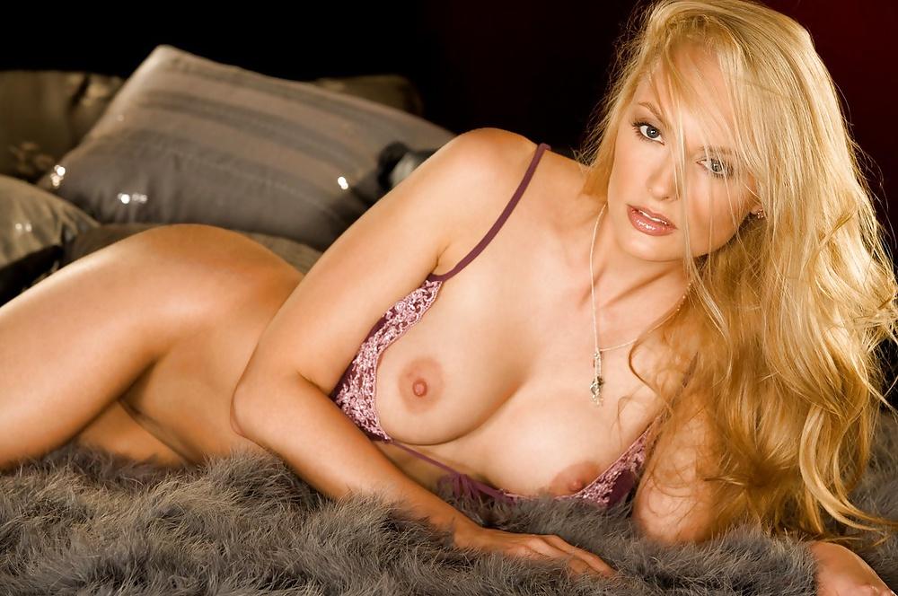 Blonde Milf  hat stehende Brustwarze. - Bild 10
